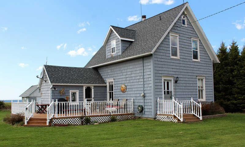 PEI Beach House on 14 acres, alquiler de vacaciones en Alberton