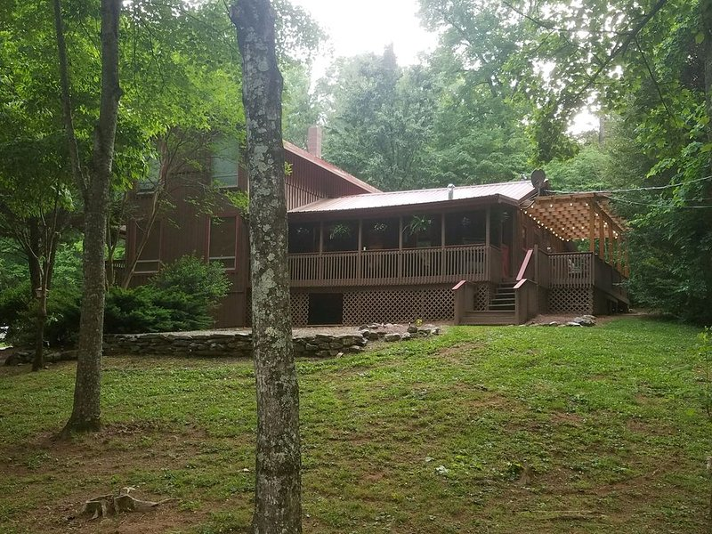 Country cabin in a peaceful location with plenty of space for a family or groups, holiday rental in Madisonville