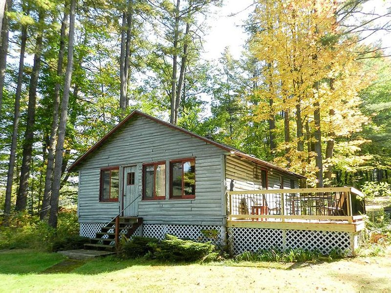 Quaint Log Cabin on Lake Kanasatka with shared beach, vacation rental in Moultonborough