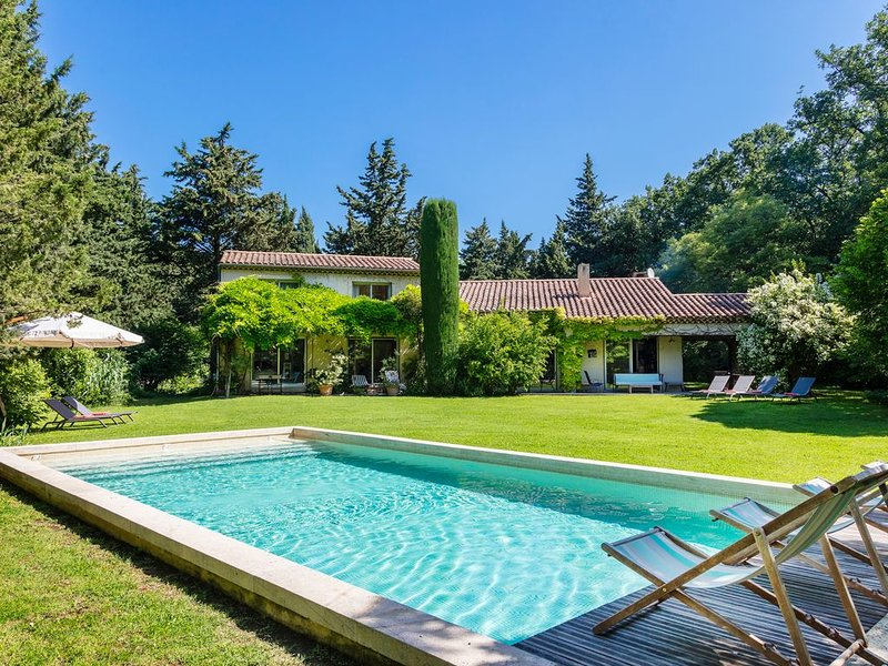 Villa d'architecte dans Parc arboré 4500 m2. Piscine chauffée. ProcheVentoux., vacation rental in Carpentras
