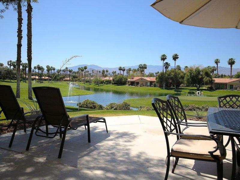 Gorgeous View! Golf Course Island green w/ Mountains & Water, alquiler de vacaciones en Palm Desert