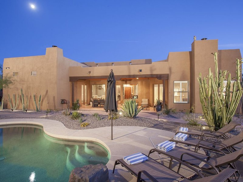 Stylish Santa Fe Home with Tennis/Pickleball/Basketball, Pool/Spa, BBQ, Ferienwohnung in Carefree