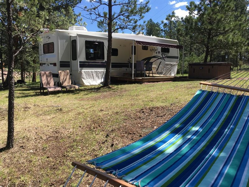 Your Oasis is waiting! Glamping with all the amenities. Cozy, private, relaxing., holiday rental in Custer