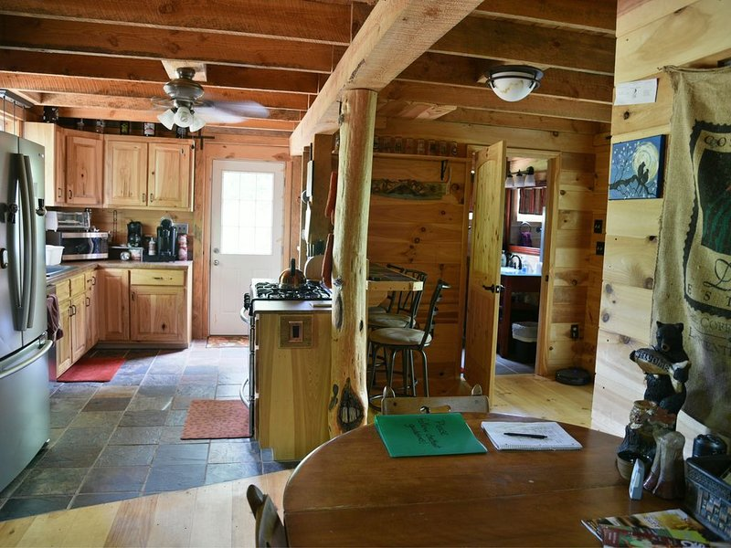 Cozy hand-built cabin in the heart of wine country, near mountains and Mayberry, holiday rental in Dobson