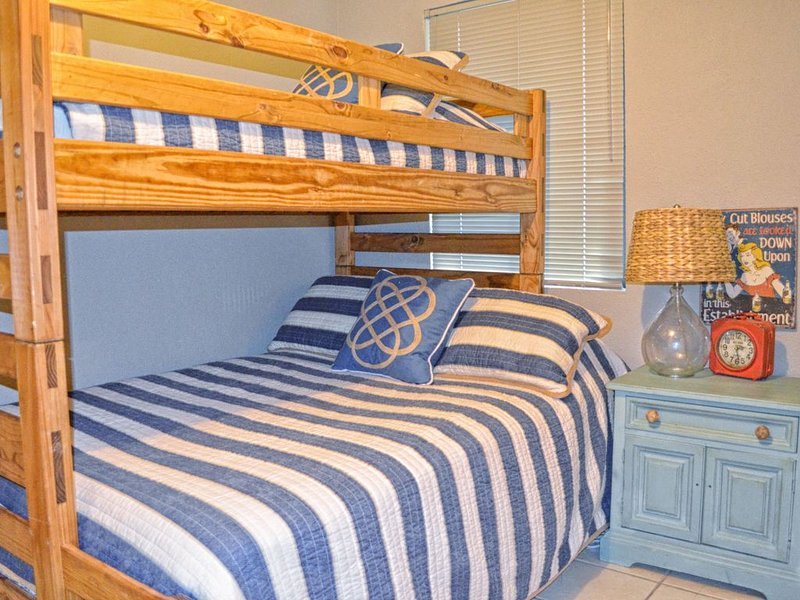 Down Stairs Bedroom - Full Bottom and Twin Top Bunk Bed