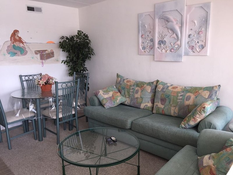 Adorable, Affordable, And Available 1 Large Bedroom Sleeps 6, 2 Full Baths!, vacation rental in Wildwood