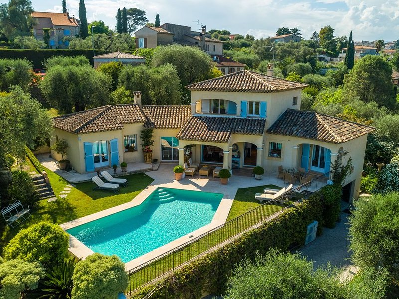 Luxurious villa with internet and nice private swimming pool, near Grasse (12 k, location de vacances à La Roquette-sur-Siagne