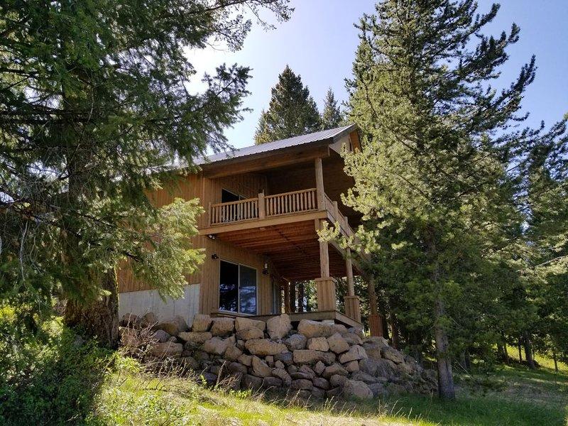 Luxury Mountain Retreat- Creekside Cabin Nestled in 100 Year Old Douglas Fir, location de vacances à Island Park