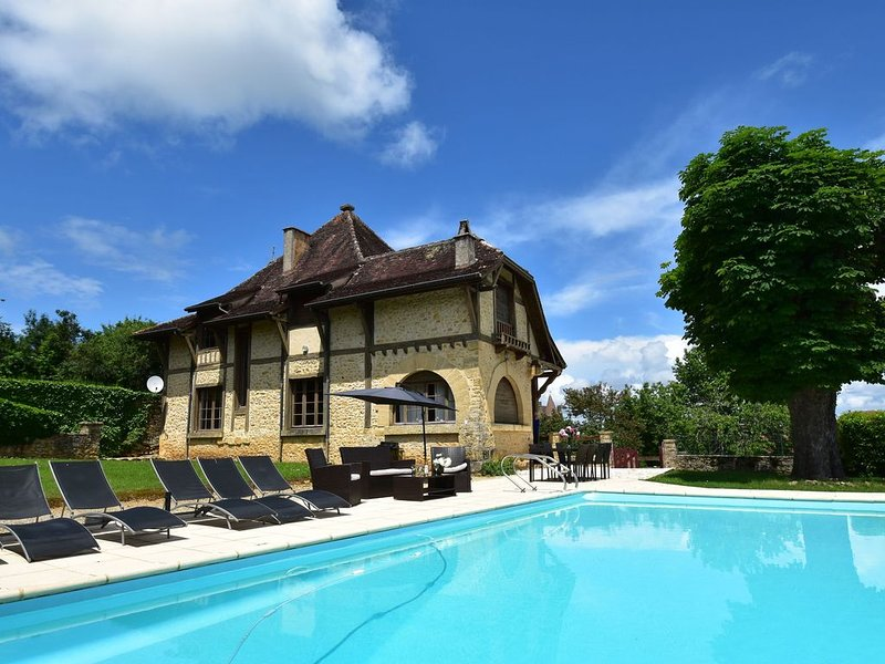 Imposing villa in dream location with phenomenal view in the middle of Belvès, aluguéis de temporada em Sagelat