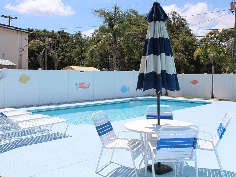 2300 SF, open floorplan, 4 bedrooms, heated pool, sleeps 12+, remodeled 2015, alquiler de vacaciones en Tarpon Springs