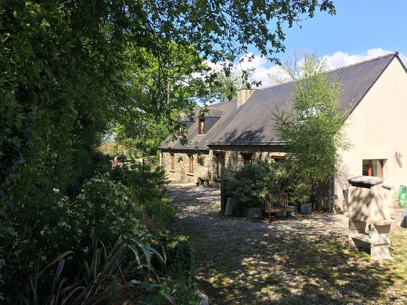 Luxury privately owned - renovated longuere with heated pool. Sleeps 6, casa vacanza a Pontivy