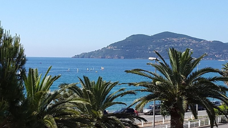 Sea front superb apartment in the Cannes bay, holiday rental in Cannes