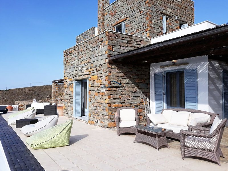 Fantastic villa with a sea view an infinity swimming pool and three guest houses, alquiler vacacional en Ceos