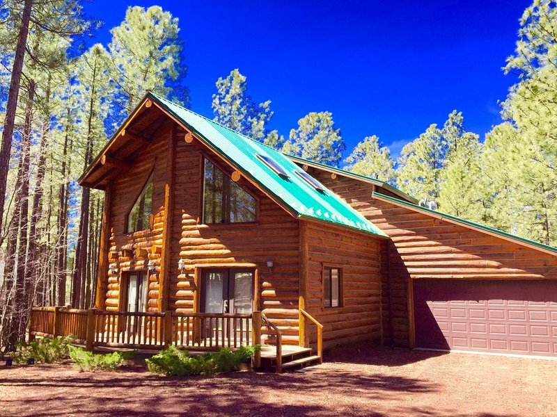Log cabin luxury retreat for romantic escape or get-away with family & friends, location de vacances à Pinetop-Lakeside