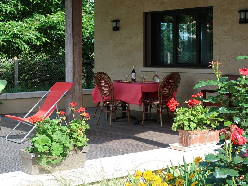 Maison indépendante de 120m2 avec jardin clos face au vignoble du Pape Clément, holiday rental in Saint-Jean-d'Illac