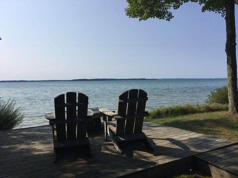 Escape Up North to Beautiful Beach Home on Grand Traverse Bay, location de vacances à Kewadin