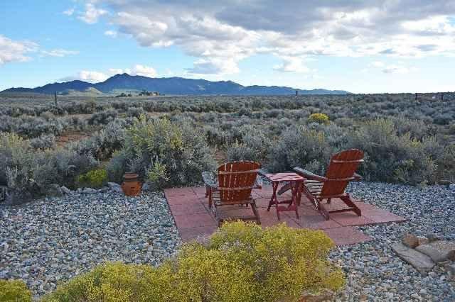 Spretande panoramautsikt från gården i söderläge