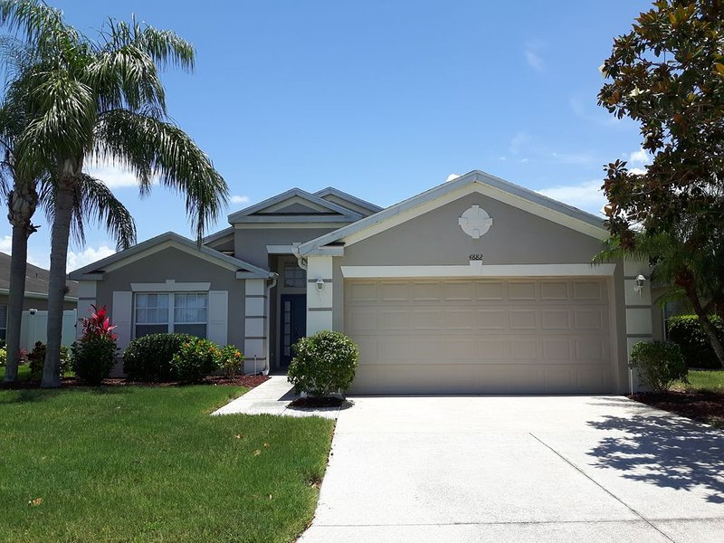 Luxury villa with large pool & lake frontage. Close to Disney Parks and Beaches, holiday rental in Bradenton