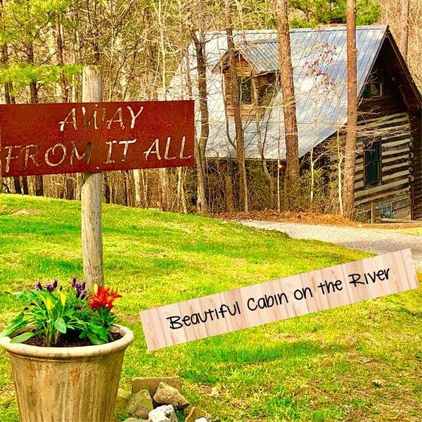 New Listing! 1800's Original Cozy Romantic Cabin For 2 Or The Family, casa vacanza a Cedar Bluff