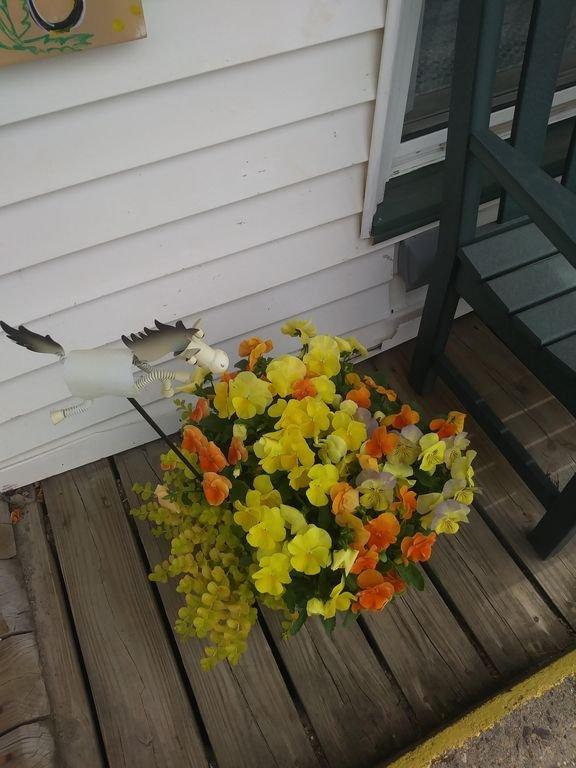 Blommor framför Sproul s Furnitur butik.