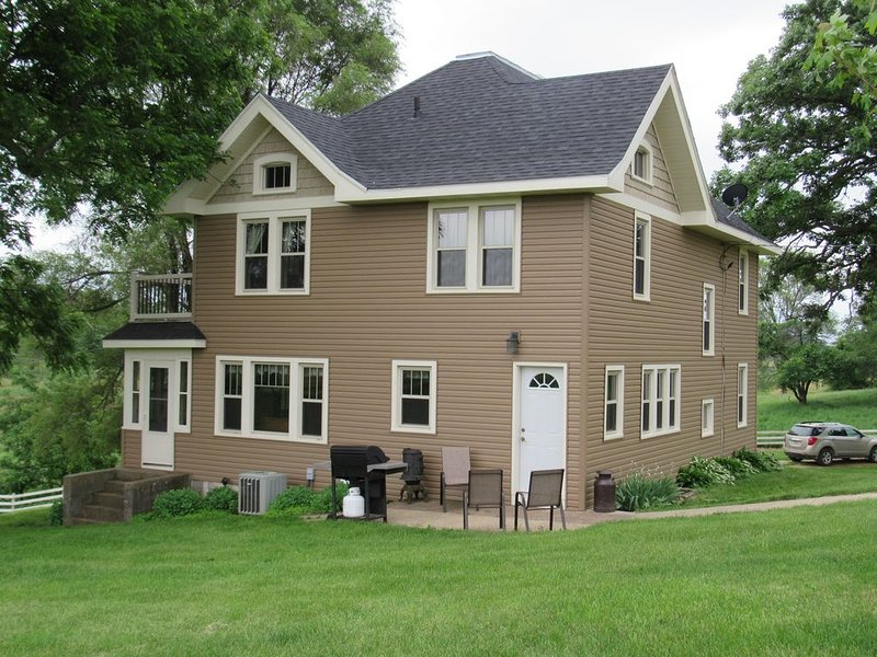 Nestled amid the rolling hills and peaceful tranquility of the countryside, casa vacanza a New Glarus