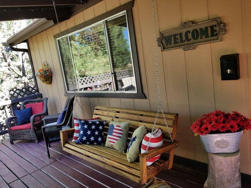 Black Bear Lodge - Cozy and Modern Cabin in Quiet Munds Park Neighborhood, location de vacances à Mormon Lake