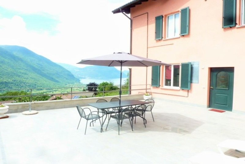 casa vista lago con grande terrazza, holiday rental in Villa Guardia