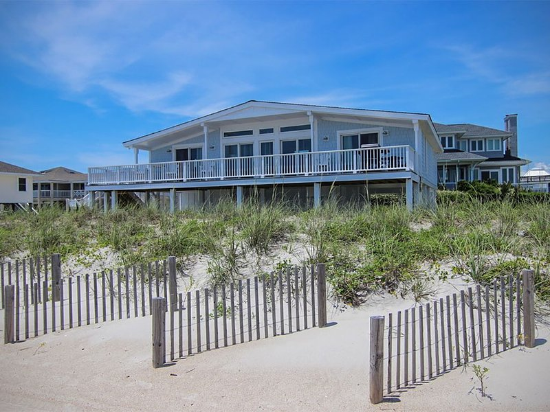 Experience the beach life with this relaxing oceanfront home., vacation rental in Wrightsville Beach