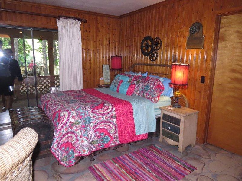 Uniquely fun cabin on Little Red River, casa vacanza a Tumbling Shoals