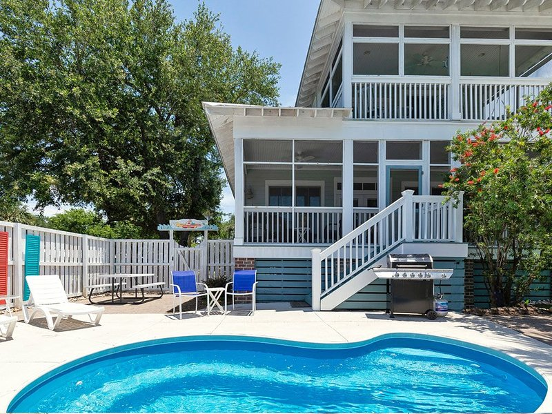 Fun mid island home with pool, patio, and dual porches, location de vacances à Wilmington Island