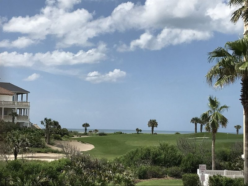 Campo de golf y al mar desde patio enorme (nuevo juego de patio)