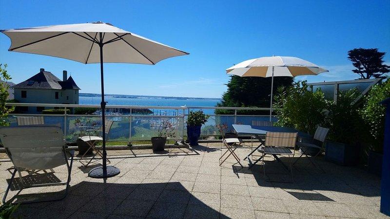 Charming duplex, terrace, living room, panoramic view over the Coast of Emeraude, alquiler de vacaciones en Matignon