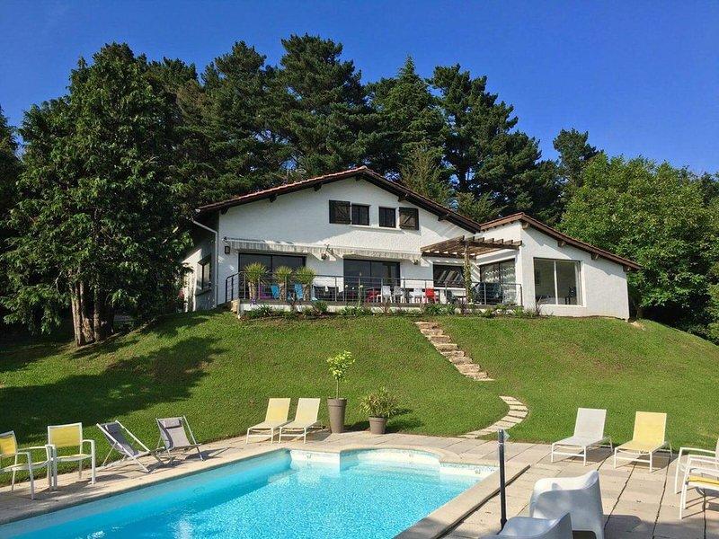 Villa avec piscine 10 personnes, holiday rental in Urrugne