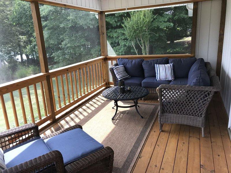 Relaxando exibido na varanda com excelente vista para o lago!