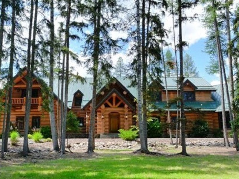 Montana Lakefront Luxury Home - Huge Private Estate on Quiet Lake!, alquiler de vacaciones en Kila