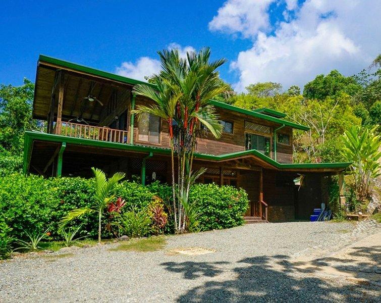 Villa Kristina Maria är omgiven av frodig grön djungel