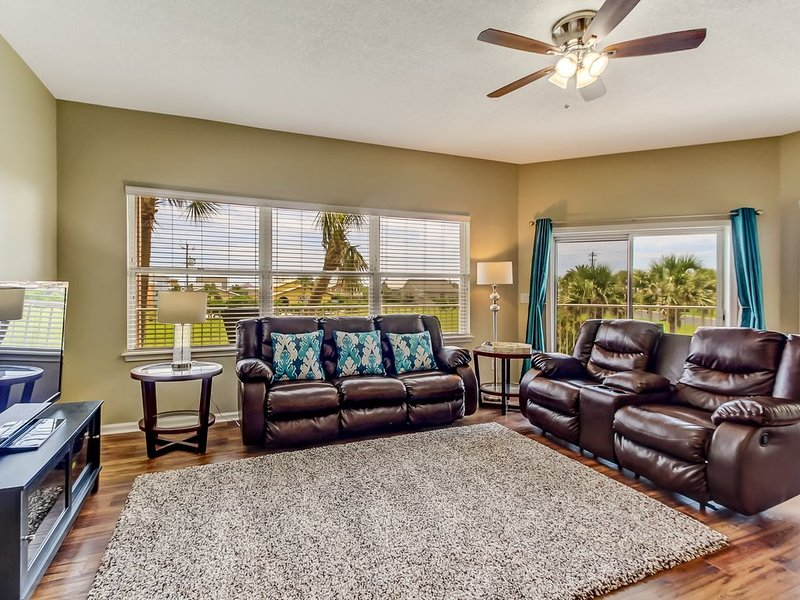 Beautiful Extremely Spacious Ocean Park Condo Just a Short Walk to the Beach, vacation rental in St. Marys