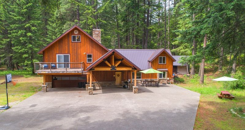 Moose Lodge near the Lake!  * Great Big Home Value * Private * Specials!, vacation rental in Ronald