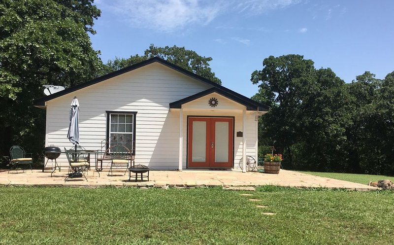 Country serenity 15 min from OSU campus, holiday rental in Stillwater