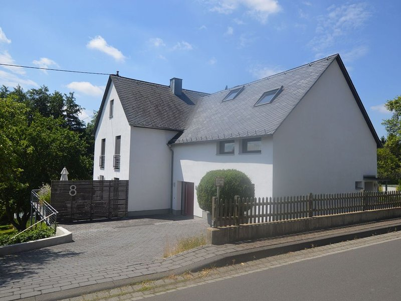 An apartment in the Eifel region with an attractive loggia., holiday rental in Mullenbach