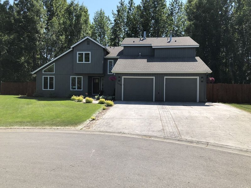 Great VRBO in Midtown, 4 Bed/4.5 Bath, Sleeps 12, 3200 Sq Ft w/ Hot Tub, holiday rental in Anchorage