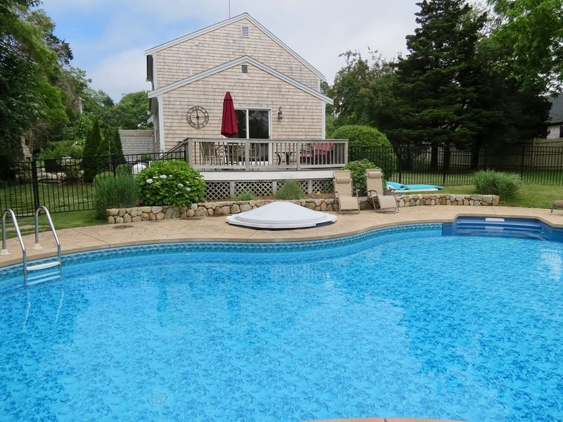 Updated East Orleans 6 Bedroom Home with Heated Pool, linens incl. 004-O, location de vacances à Orleans