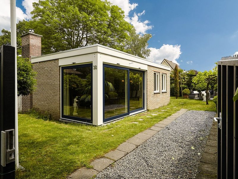 Charming holiday home with a sauna and a splendid lounge area in the garden, alquiler vacacional en Geersdijk