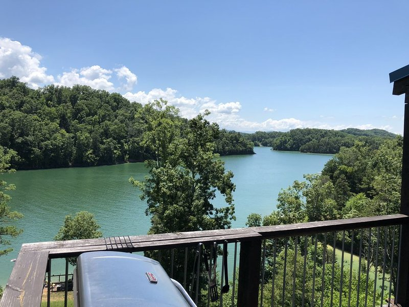 Private and Peaceful Lakefront Cabin, just north of Smokey Mountains, holiday rental in Dandridge