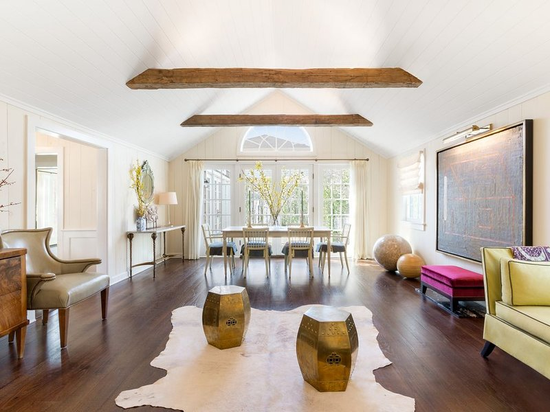 Excellent Wifi +cell service; 5m to ocean + bay in designer home, vacation rental in Water Mill