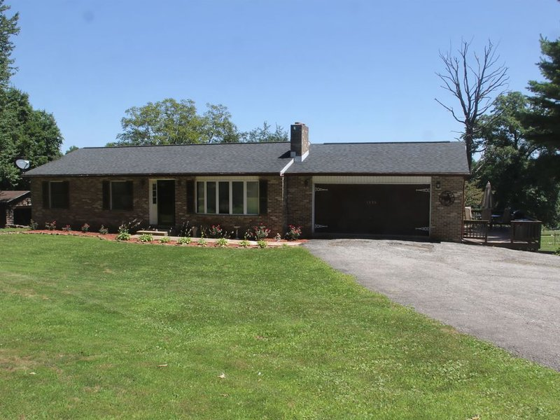 PEACEFUL SECLUSION, YET ONLY 5 MINUTES FROM INTERSTATE 83!, holiday rental in Mechanicsburg