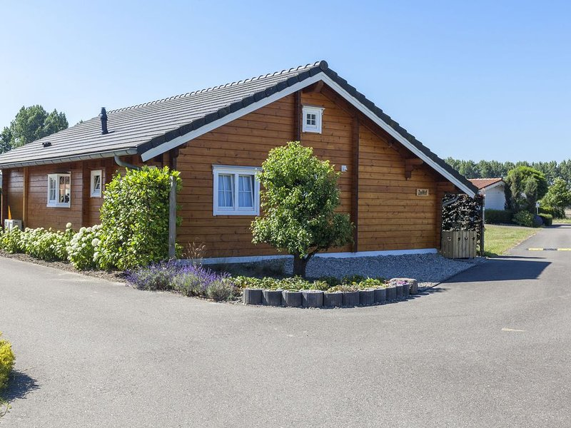 Stylish, wooden chalet with private garden, 500 m from the Eastern Scheldt, holiday rental in Sint Maartensdijk