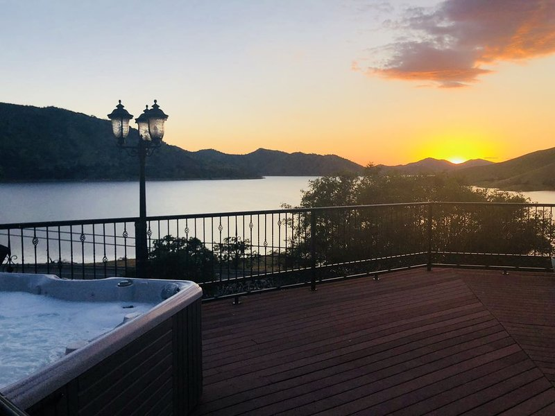 Large Family Property With Million Dollar Views Across from Lake Kaweah!, alquiler de vacaciones en Three Rivers