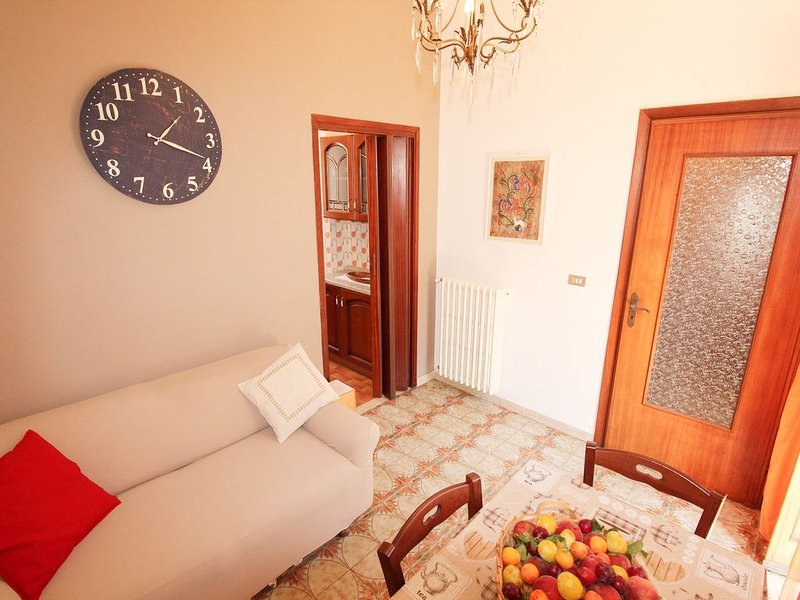Appartamento TRA VIGNETI E ULIVETI, relax e benessere a 20 minuti dal mare, holiday rental in Cantone