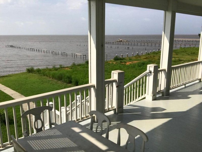 Enjoy a relaxing, quiet retreat on the Gulf of Mexico with fishing pier, holiday rental in Gautier